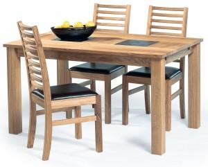 matgrupp i ek med 4 matchande stolar.